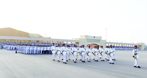 البحرية السلطانية العمانية تحتفل بتخريج دورة ضباط الخدمة المحدودة ودورة الجنود المستجدين