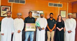 وكيل الشؤون الرياضية يستقبل فريق قارب الطيران العماني للإبحار الشراعي
