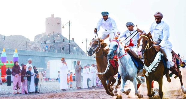 40 فارساً من ولايات محافظة الداخلية يقدمون أجمل فنون الخيل في ملتقى العيد بنـزوى
