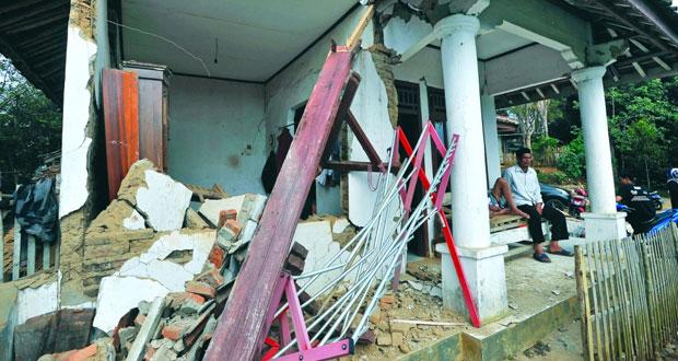 وفاة شخص وتضرر أكثر من 100منزل بعد زلزال قوي في إندونيسيا