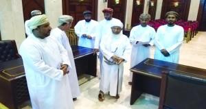 رئيس المحكمة العليا يطلع على سير العمل في محاكم محافظة ظفار