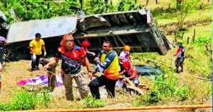 سقوط شاحنة من على منحدر جنوب الفلبين راح ضحيته 15 شخصا