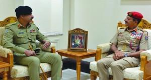 بحث اوجه الاهتمام المشترك بالمجالات العسكرية بين السلطنة وباكستان