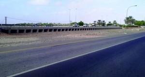 أهالي المنومة بالسيب يطالبون بإنشاء نفق أو جسر لتسهيل حركة المرور بين الشارع العام والمناطق المحاذية له