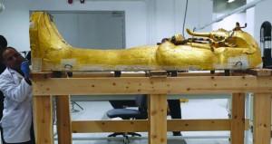 معرض كنوز الفرعون الذهبي توت عنخ آمون بباريس يجذب 1.4 مليون زائر