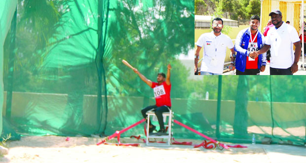 القاسمي لاعب منتخبنا الوطني لألعاب القوى يهدي السلطنة ذهبية الصولجان