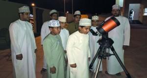 رصد فلكي للقمر بمنح