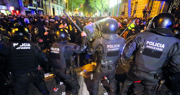 تجدد الاشتباكات بين الشرطة ومحتجين في برشلونة .. والاضطرابات تهدد (الكلاسيكو)