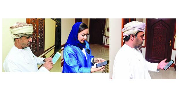 العمانيون الموجودون خارج السلطنة وأعضاء اللجان العاملة في الانتخابات يدلون بأصواتهم لاختيار أعضاء مجلس الشورى للفترة التاسعة