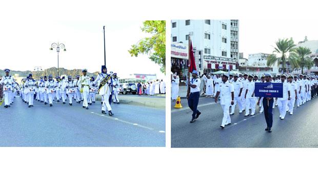 البحرية السلطانية العمانية تنظم مسيرا لطاقم سفينتها (شباب عمان الثانية)