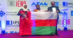 """عمانيتان تحصدان الميدالية الذهبية عن مشروع """"إنتاج الزيت"""""""