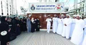 عدد من أعضاء اللجنة الوطنية للشباب يزورون سفينة (شباب عمان الثانية)