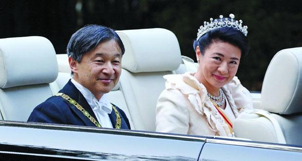 أمبراطور اليابان وزوجته في شوارع طوكيو