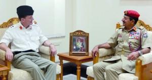 رئيس أركان قوات السلطان المسلحة يستقبل قائد القوة المشتركة الدائمة البريطاني