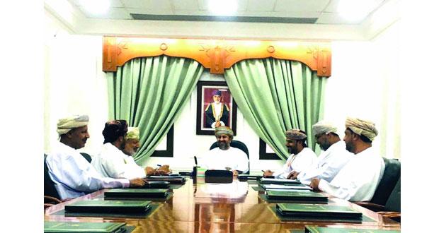 لجنة المناقصات الداخلية بظفار تفتح عروض عدد من المشاريع الخدمية بالمحافظة
