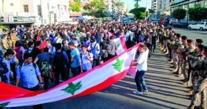 محتجون لبنانيون يجبرون المصارف على الإغلاق