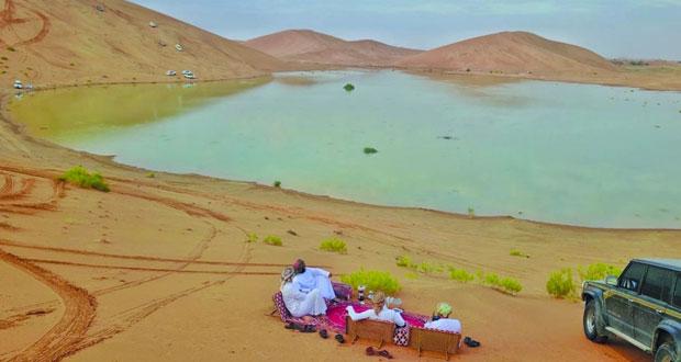 """بحيرات """"الصفا"""" رحلة مع جماليات اللون وعذوبة المياه ترسم لوحات بديعة بـ""""عبري"""""""