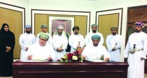 (تنمية نفط عمان) توقع ست إتفاقيات لتمويل بناء ستة مجالس في كل من ثمريت ومقشن