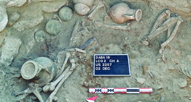 اكتشاف قبر من العصر الحديدي بموقع دبا الأثري في مسندم يضم مقتنيات جنائزية