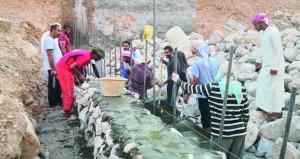 تنفيذ مشروع سد للتغذية الجوفية بوادي الرحبة بجبل الكور بعبري بتكلفة تزيد عن مائة ألف ريال عماني وبجهود أهلية