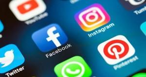 التواصل الاجتماعي تبتهج