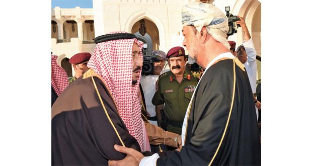 جلالة السلطان يستقبل خادم الحرمين الشريفين ويتلقى تعازيه في فقيد الوطن
