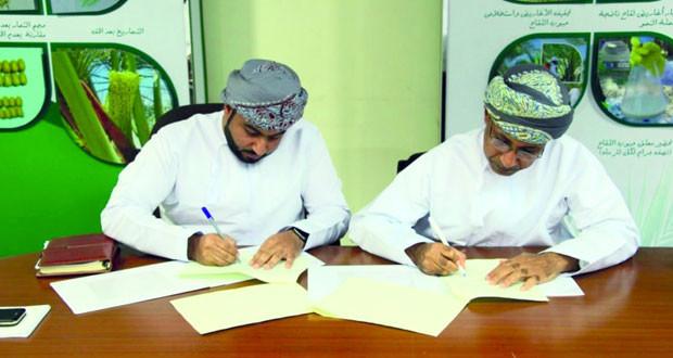 """""""الزراعة"""" توقع برنامج تعاون مع مجموعة طلابية لتطوير منتج لتلقيح أشجار النخيل"""