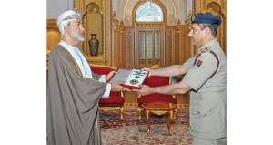 جلالة السلطان ينعم بأوسمة على الفريق الطبي الذي تابع علاج جلالة السلطان الراحل