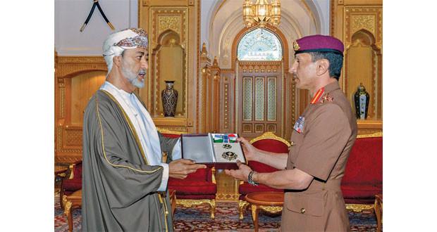 جلالة السلطان ينعم بأوسمة على فريق المتابعة الصحية والعلاج للسلطان الراحل