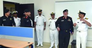 قائد قوة الواجب المختلطة (151) يزور مركز الأمن البحري