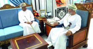 وزير الدولة ومحافظ ظفار يلتقي بالرحالة العماني أحمد برهام باعمر