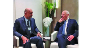 وزير التجارة والصناعة يلتقى رئيس المنتدى الاقتصادي العالمي