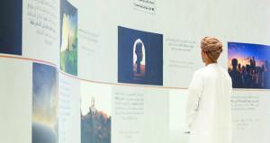اهتمام كبير من الزوار بجناح عمانتل في المعرض