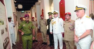 رئيس الأركان بقيادة الأسطول التركي يزور متحف قوات السلطان المسلحة