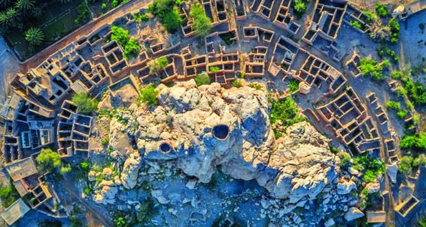 إطلالة توثق براعة الهندسة المعمارية القديمة بحارة قلعة العوامر بإزكي