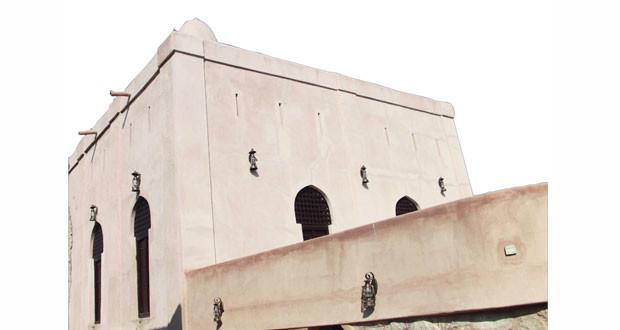 """""""التراث والثقافة"""" تنهي ترميم مسجد المزارعة الأثري بحارة العقر بنزوى .. بُني في القرن الـ3 الهجري وتخرج فيه العديد من العلماء والمفكرين"""