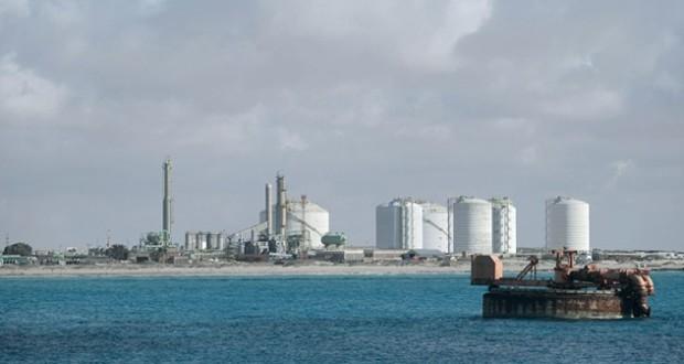 نفط عمان ينخفض 72 سنتا والأسعار العالمية تهبط 1%