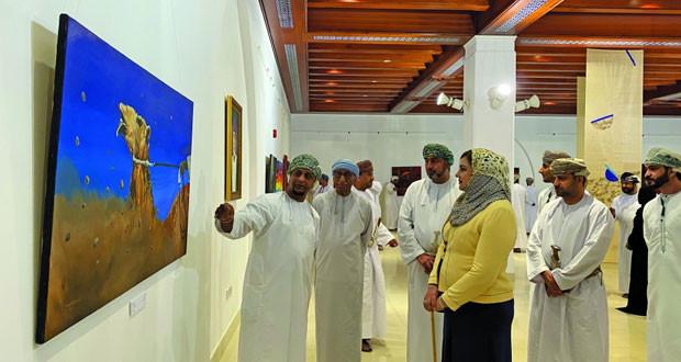 فنانون عمانيون يقدمون تجارب تشكيلية مغايرة فـي معرض «ومضات» ببيت الزبير