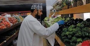 """""""الوطن الاقتصادي"""" يرصد الحركة الشرائية في سوق السيب: وفرة في المعروض من الخضار والفواكه وارتفاع في أسعار المانجو والبصل والليمون والبرتقال والموز والكوسه"""