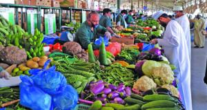 """مدير إدارة السوق المركزي للخضروات والفواكه بالموالح لـ""""الوطن الاقتصادي"""": البضائع متوفرة والأسعار في متناول الجميع"""