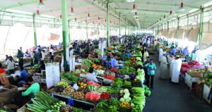 بلدية مسقط تقف على أوضاع السوق المركزي للخضروات والفواكه لضمان انسيابية توريد البضائع ووفرة المخزون الغذائي