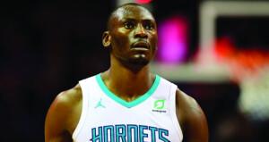 لاعب السلة الكونغولي بايومبو يتبرع بمعدات طبية لمساعدة بلاده في مواجهة الإيبولا وكورونا