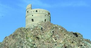 أحد الأبراج التاريخية، بهيبته المعتادة يقف شامخا