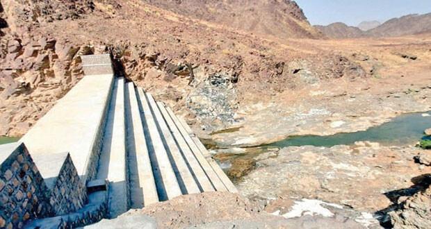استلام مشروع سد التخزين السطحي ببلدة المحيول بعبري