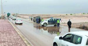 شرطة عمان السلطانية تواصل جهودها لمعالجة تأثيرات الحالة المدارية بمحافظة ظفار