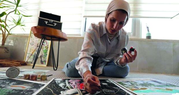 فنانة أردنية تضيف الألوان بالتطريز على صور فلسطينية قديمة