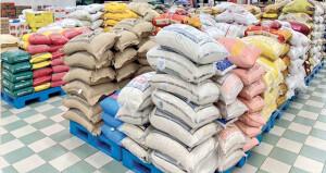 أكدت توافر المواد الغذائية في جميع المحافظات .. «التجارة والصناعة» تنسق مع التجار وتحث المستهلكين على عدم المبالغة في الشـراء
