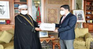 سفير السلطنة إلى المغرب يقدم نسخا من أوراق اعتماده