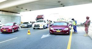 قوات السلطان المسلحة وشرطة عمان السلطانية تفعل نقاط السيطرة والتحكم المشتركة على مداخل ومخارج المحافظات على الطرق الرئيسية والفرعية