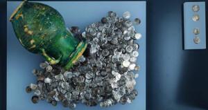 المتحف الوطني يُنهي عملية ترميم كنز سناو وأقدم درهم يعود إلى أكثر من 1400 سنة